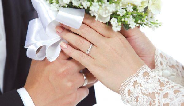Con gái đeo nhẫn cưới tay nào là đúng | Hoacuoivn.com