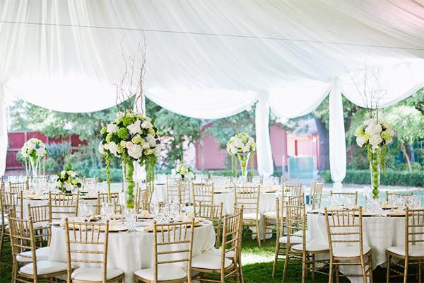 Ít bàn tiệc hơn, nhưng bàn lớn hơn Bạn sẽ giảm được kha khá chi phí thiết kế cho bàn tiệc cũng như những vật dụng đi kèm, ví dụ như khăn trải bàn hay bình hoa trang trí bàn tiệc hay phí phục vụ.